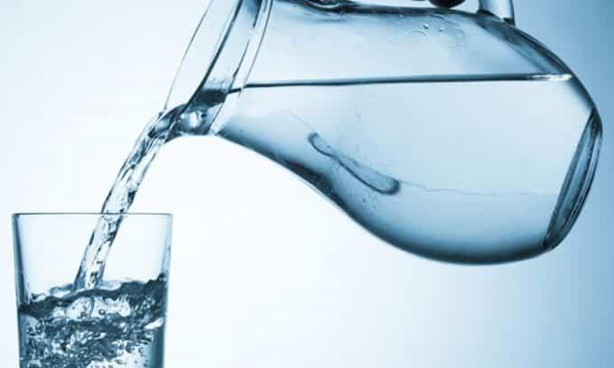 Если женщина заболела циститом при ГВ, ей нужно пить много воды