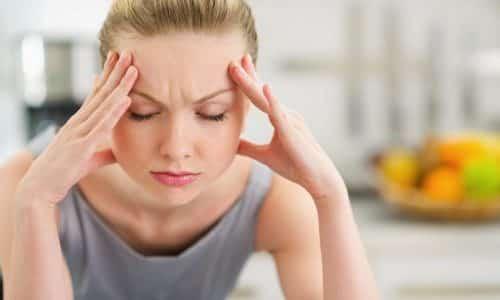 Утверждать, что причиной ярко-зеленого оттенка мочи стал патологический процесс, следует в тех случаях, когда имеются дополнительные симптомы. Это может быть головная боль