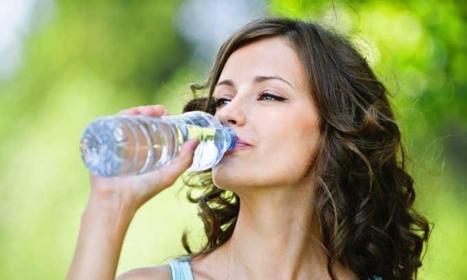 При цистите для выведения из организма бактерий необходимо пить много воды