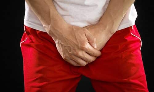 При наличии инфекции у мужчин появляются сильная резь, боль и жжение в районе половых органов, а также ощущение тяжести в промежности