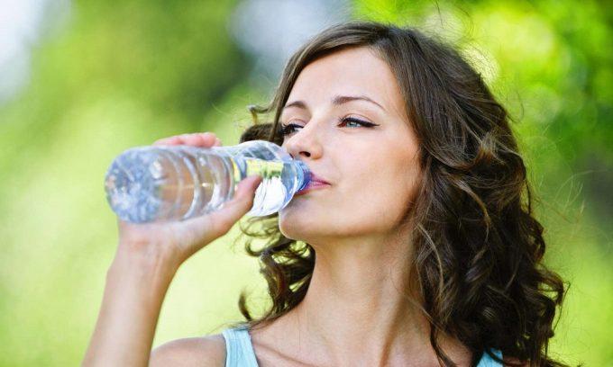 Если предупредить цистит не удалось, то при первых его признаках нужно как можно больше пить – не меньше 2 литров жидкости в сутки
