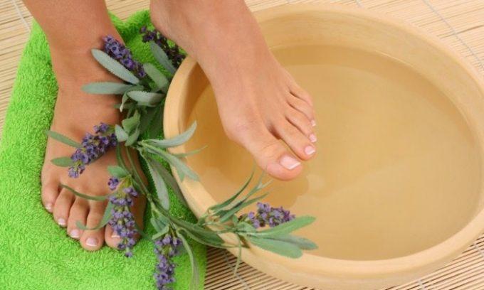 Если нет крови в моче, рекомендуется попарить ноги в горячей ванночке