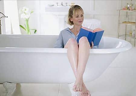 девушка с книгой в ванне
