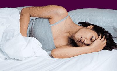 девушка а постели