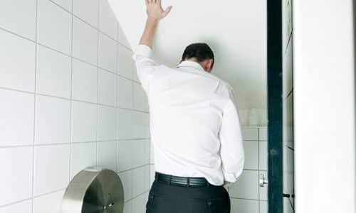 Резь при мочеиспускании у мужчин является патологическим признаком и может возникать внезапно, часто такая клиническая картина становится следствием воспалительного процесса