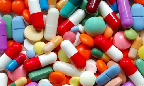 Может быть назначено медикаментозное лечение, которое носит симптоматический характер, то есть действует лишь во время применения препаратов