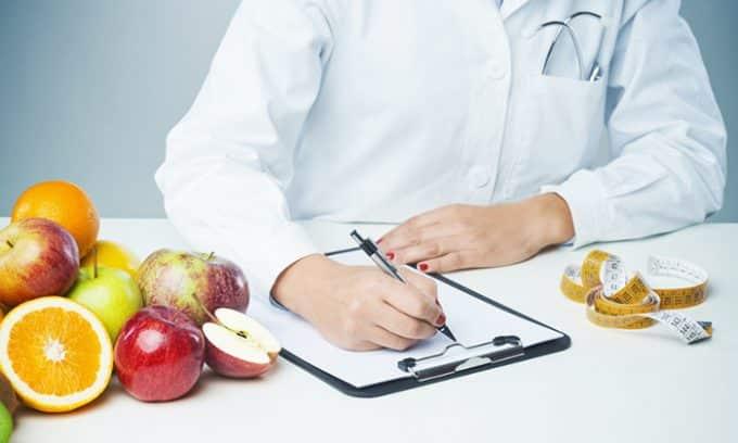 Нельзя забывать о потребностях развивающегося плода. Поэтому рацион будущей матери должен составить лечащий врач