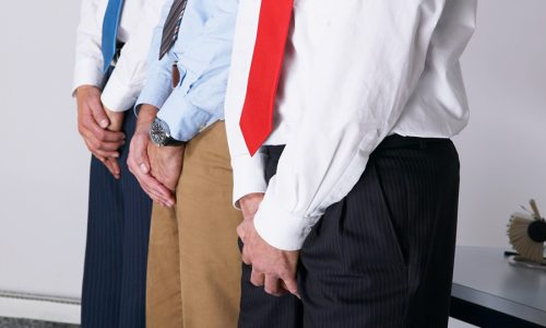 Болезнь может развиться и у мужчины, если он ведет сидячий образ жизни, носит тесное белье, сдерживает позывы к мочеиспусканию