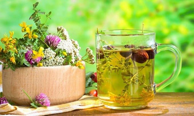 Домашнее лечение включает в себя использование отваров и настоев лекарственных трав для внутреннего и наружного применения