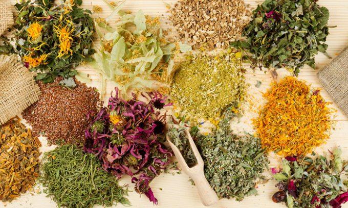 Согласно отзывам пациентов, наилучший результат дают рецепты, в составе которых семена петрушки, корень солодки, листья березы и крапивы, плоды шиповника, ромашка