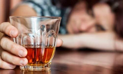 Темно-оранжевая урина нередко выделяется при злоупотреблении алкоголем
