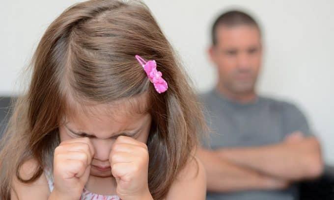 При развитии цистита девочка может стать очень капризной