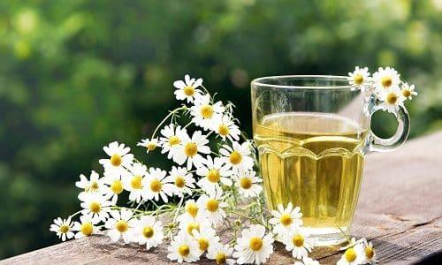 Лечение цистита дополняют применением народных средств. Готовить в домашних условиях можно сидячие ванночки, используя отвар из цветков ромашки
