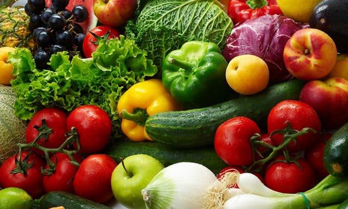 В натуральных овощах и фруктах содержится каротин - пигмент оранжево-красного цвета