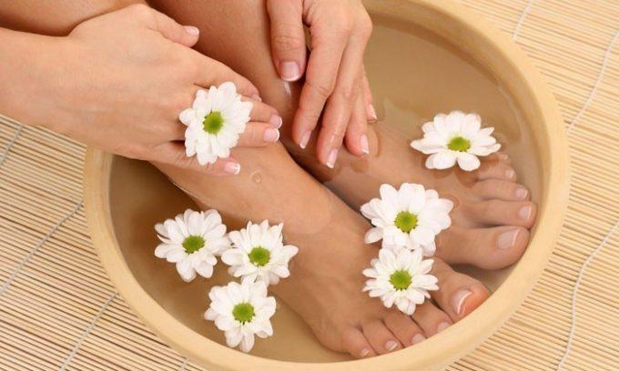 Для проведения ножных ванночек отвар лаврового листа нужно слегка остудить и перелить в таз, затем поместить в жидкость ноги по щиколотку