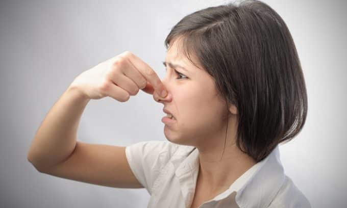 Наличие гноя в моче провоцирует неприятный запах выделений и свидетельствует о тяжести воспалительного процесса